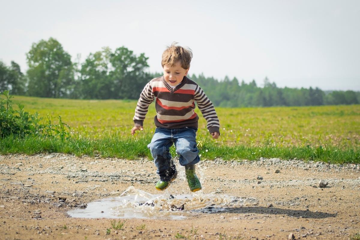 子供、水たまり、ジャンプ