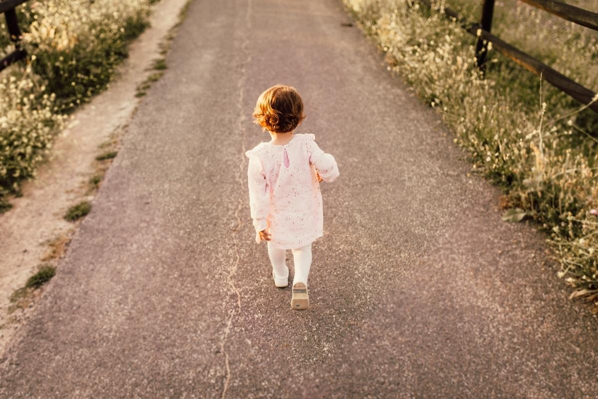 小さい女の子が歩いている,後ろ姿