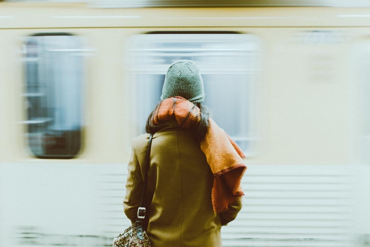 女性の後ろ姿,駅,電車