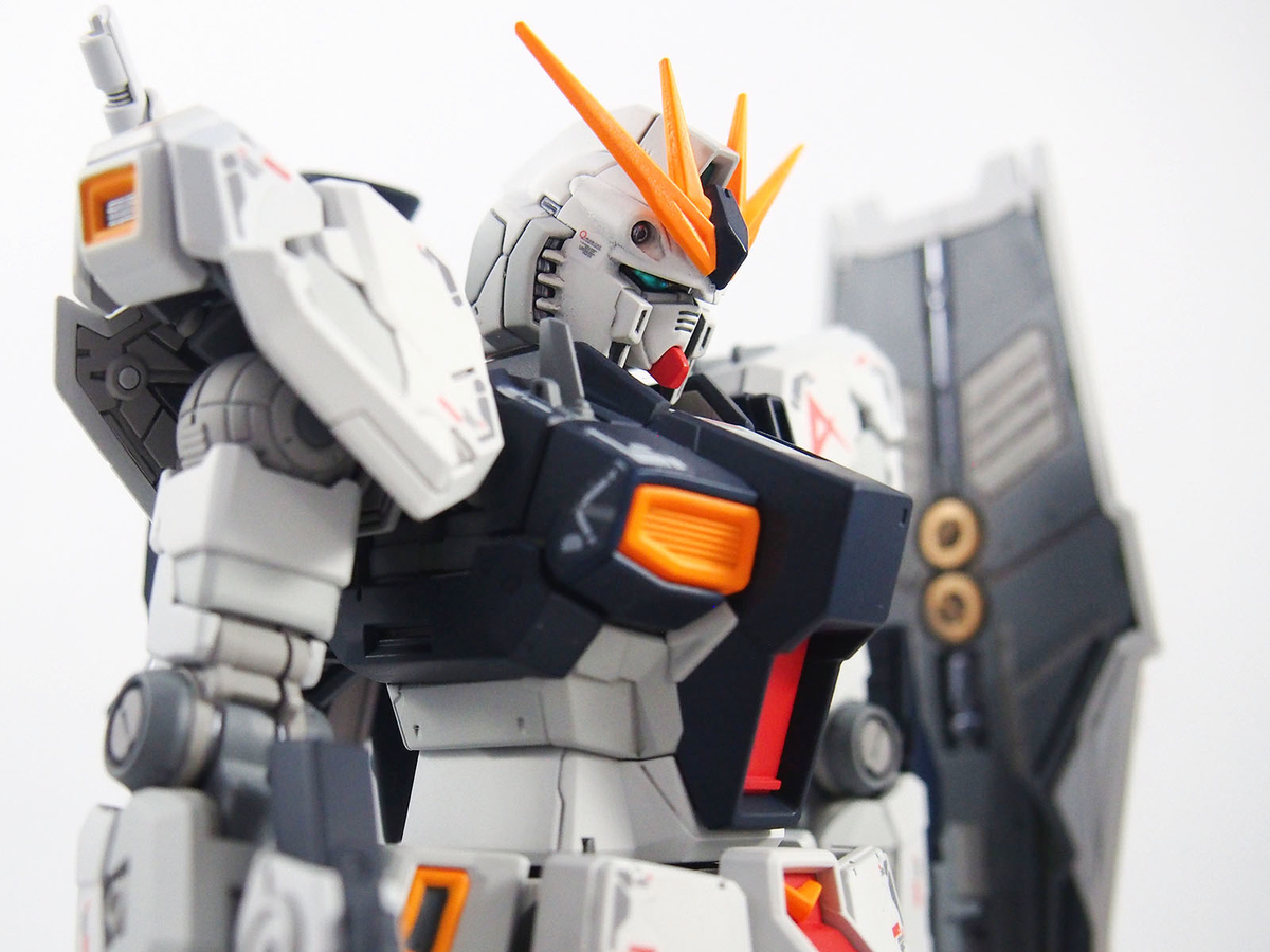 肩アーマーが展開するギミックのあるRG νガンダム。塗分けておくと見栄えが変わります。