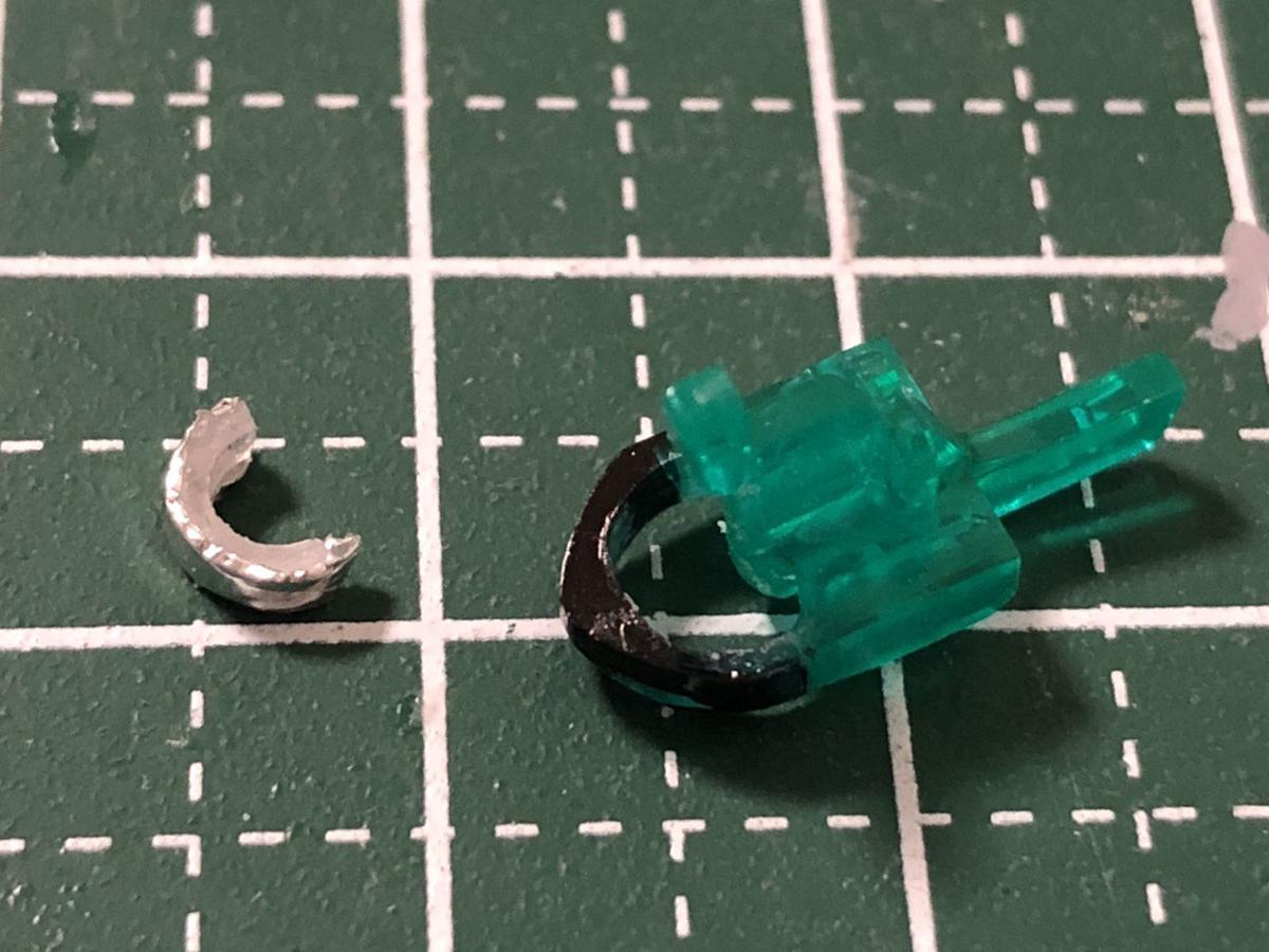 穴を開けたA2カメラアイパーツとアルミシールを貼った5mmプラパイプ