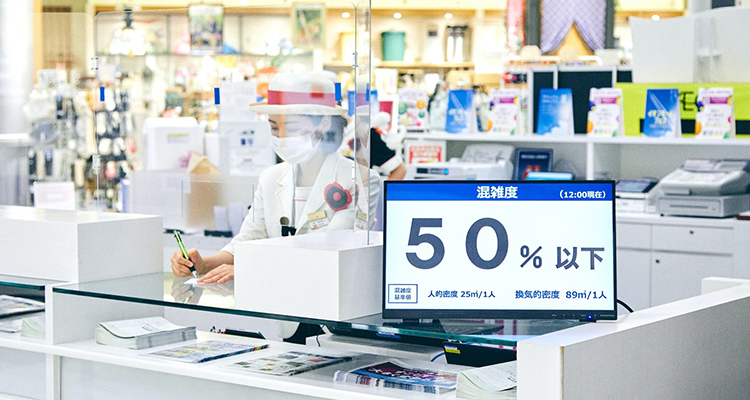 """""""店舗の混雑率が店内のデジタルサイネージで常に表示されている"""""""