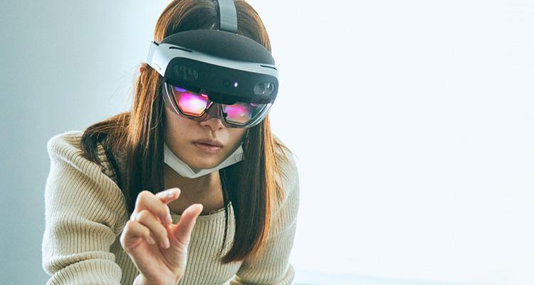 """""""HoloLens2を装着し体験する「mixpace」"""""""