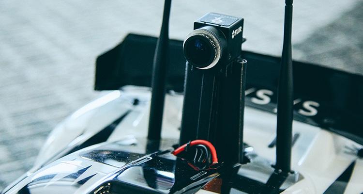 """""""ラジコンカーに搭載されたカメラの映像は5G通信でリアルタイムで遠隔地の操縦者に伝送される"""""""