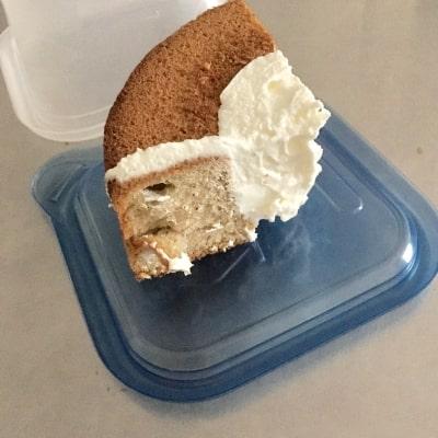 ケーキをタッパにしまう