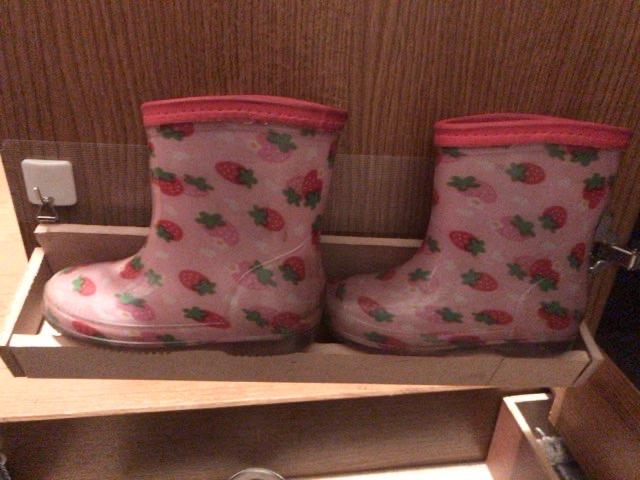 【100均DIY】靴箱のドア裏を収納化。レインコートや子どもの靴をしまえるように改造!
