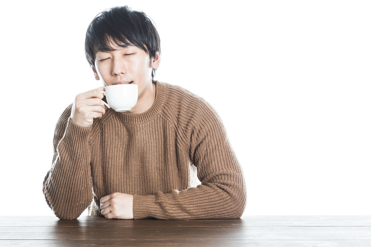 一人で紅茶を満喫する男性