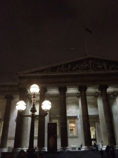 夜の大英博物館(正面)