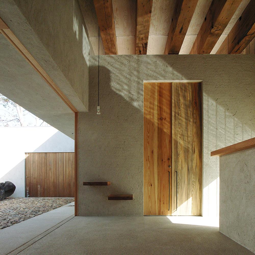 個別「ホールに光と影を落とす」の写真、画像 - 中庭のある家の写真|水谷嘉信建築設計事務所