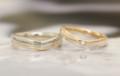 V字のコンビの結婚指輪