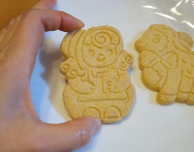 手でクッキーを持ったところ