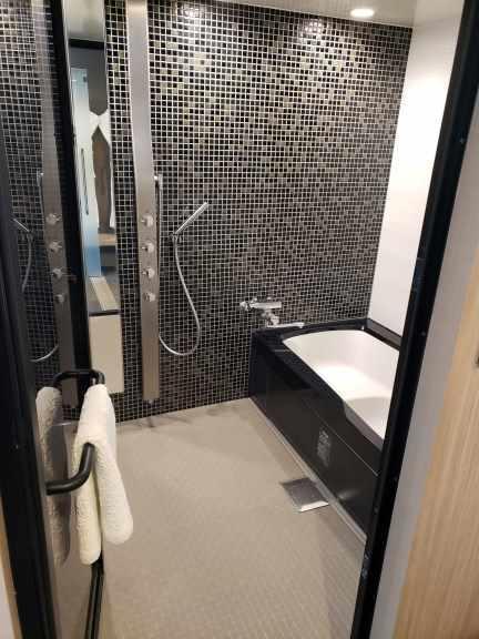蛇口が4つもあり、シャワーは天井からも出ます