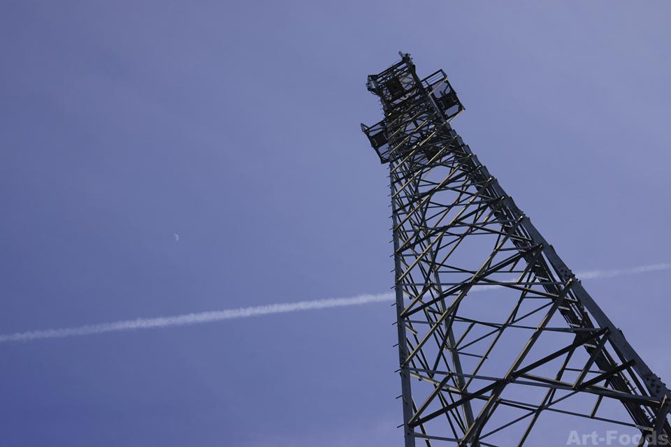 鉄塔とヒコーキ雲_140407
