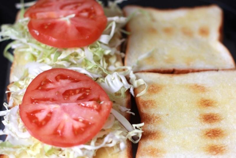 家でサンドイッチ_トマト