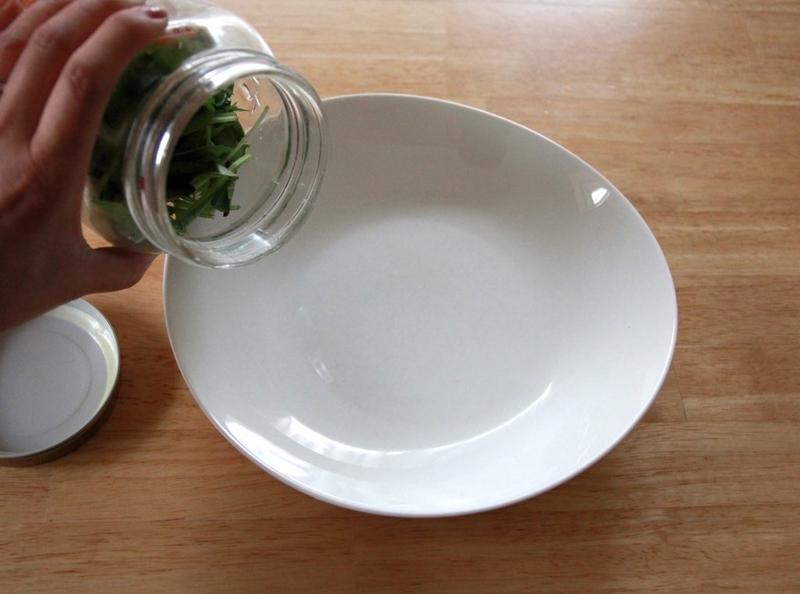 ジャーサラダをお皿にあける