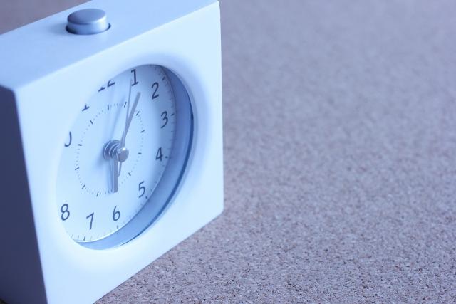 朝の時計の画像