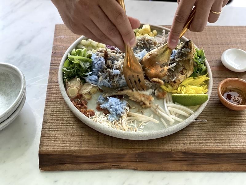 タイのライスサラダ、カオヤムをまぜる画像