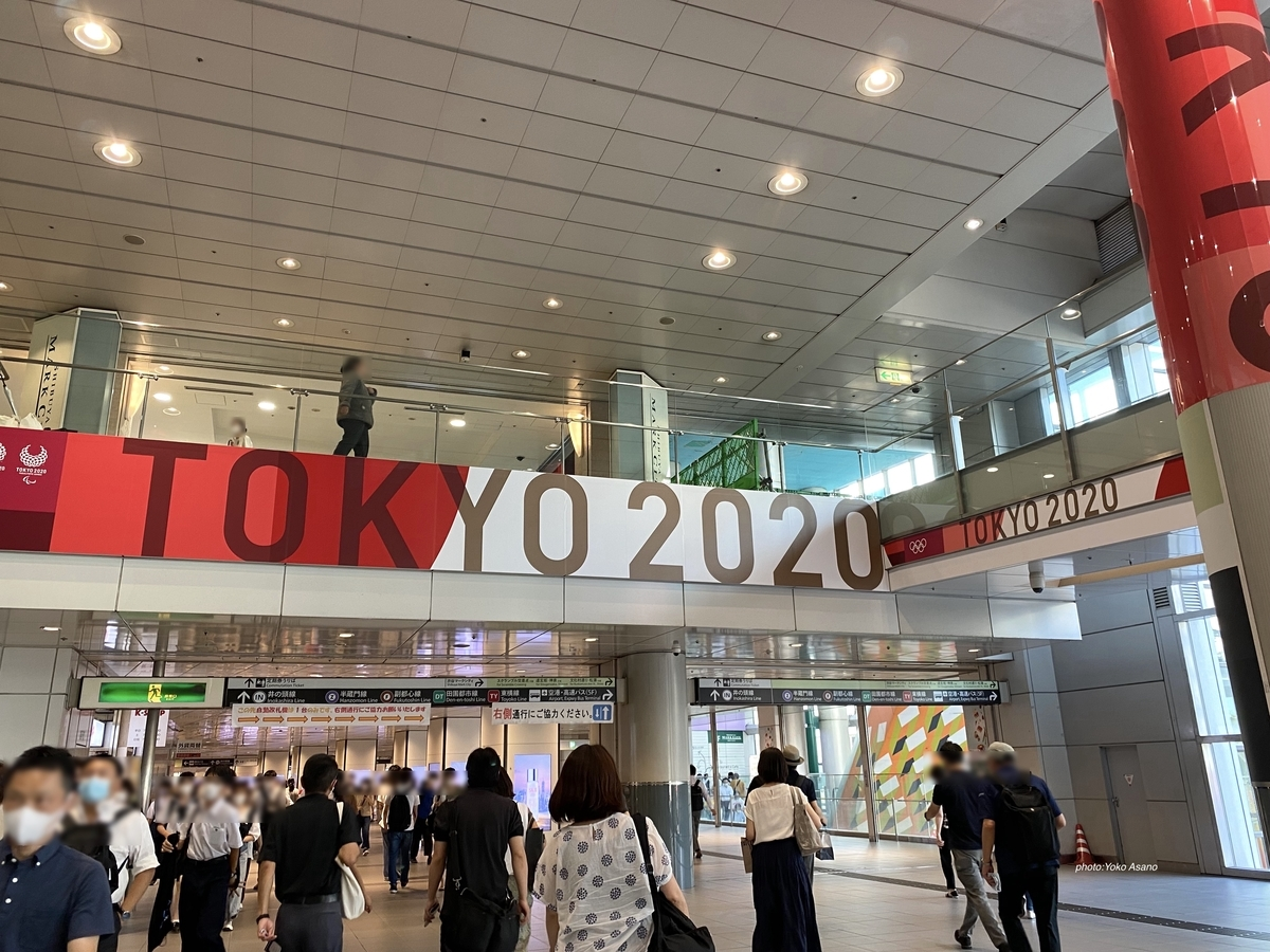 渋谷駅構内に掲示された「TOKYO2020」(7月21日撮影)