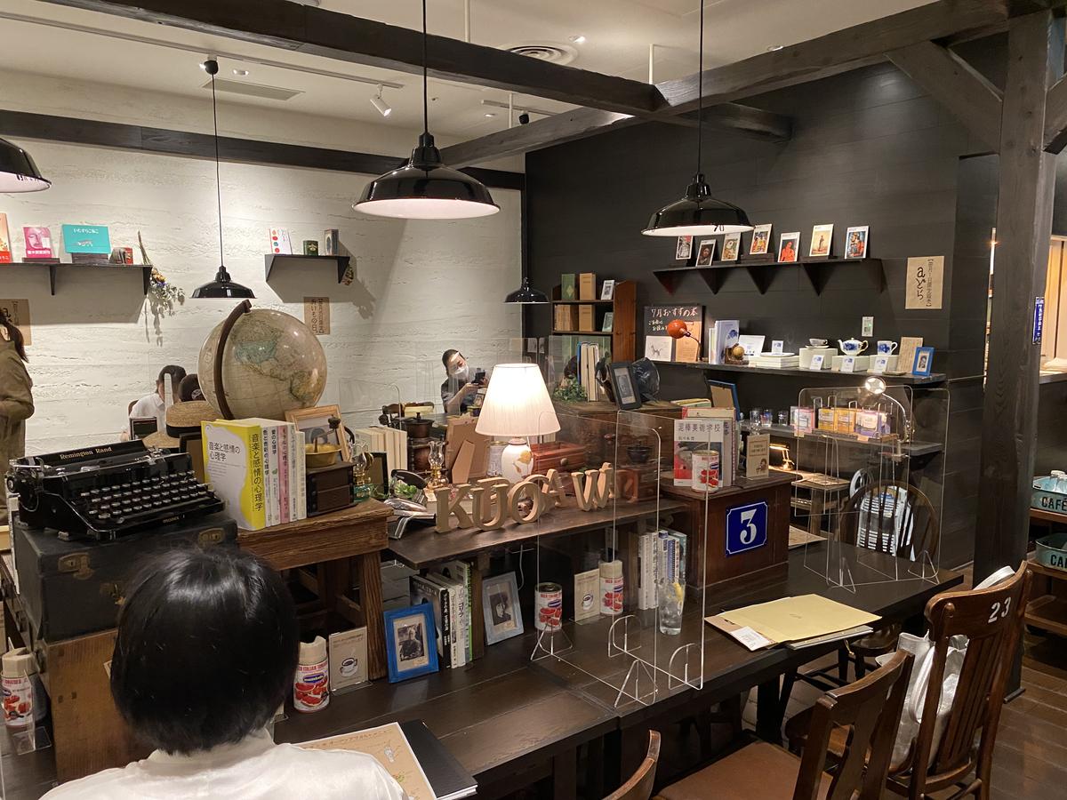 最新のブックカフェの店内の画像