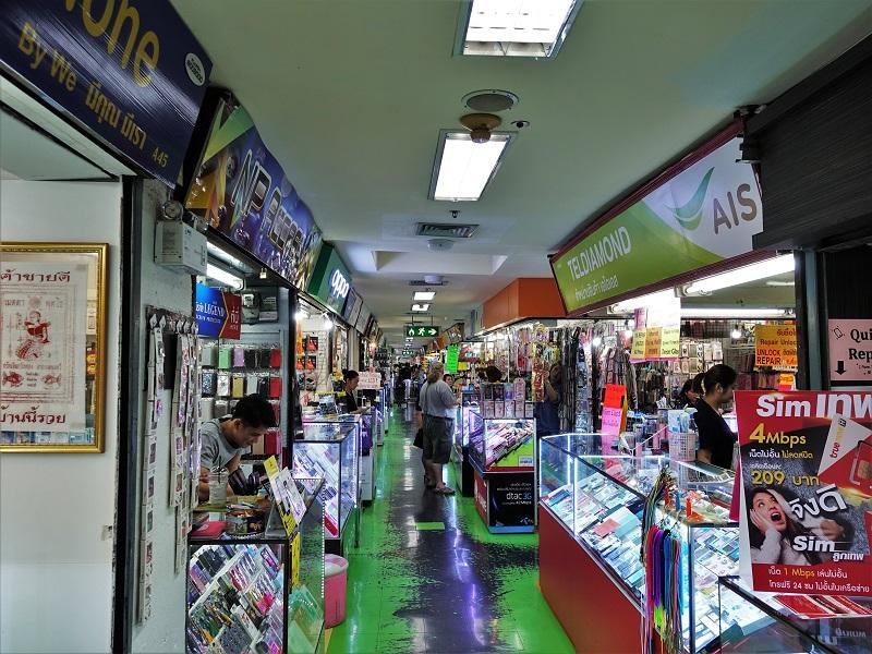 MBKセンターの4階。スマートフォンを販売する個人商店、企業が多数入居している。