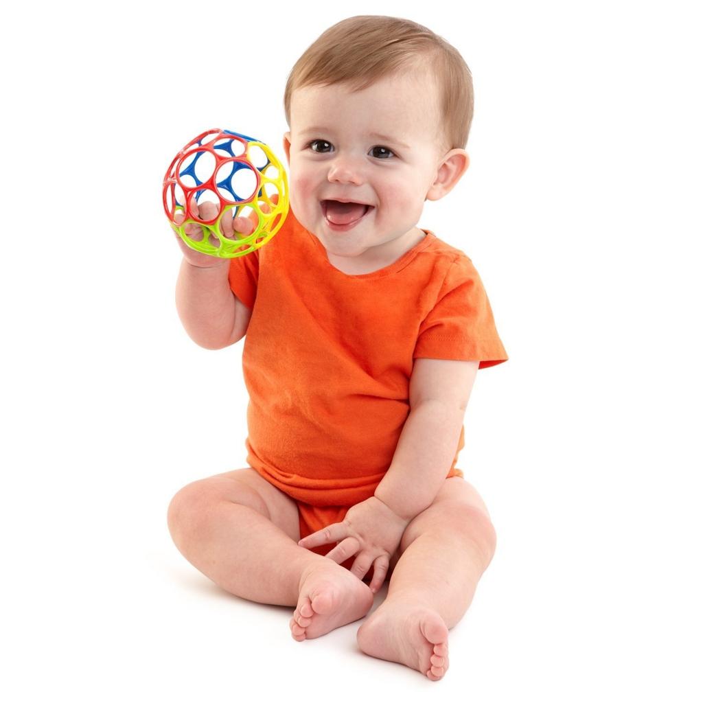 オーボールを持つ赤ちゃん
