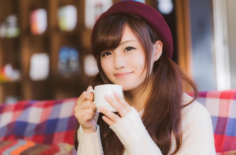 満面の笑みでコーヒーを飲む彼女 [モデル:河村友歌]