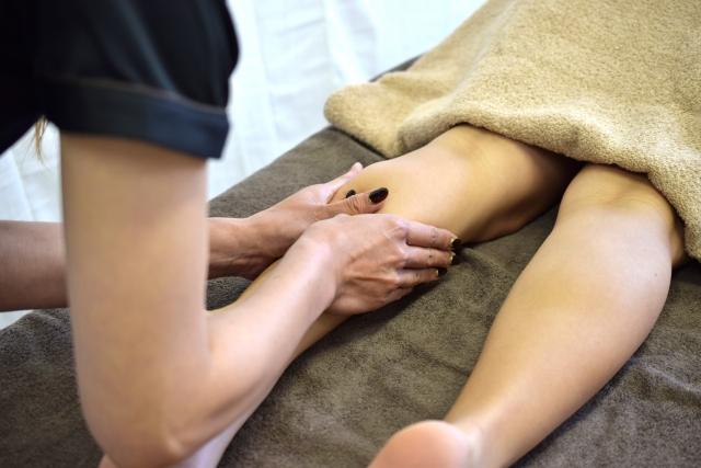 アロマオイルマッサージを受ける女性