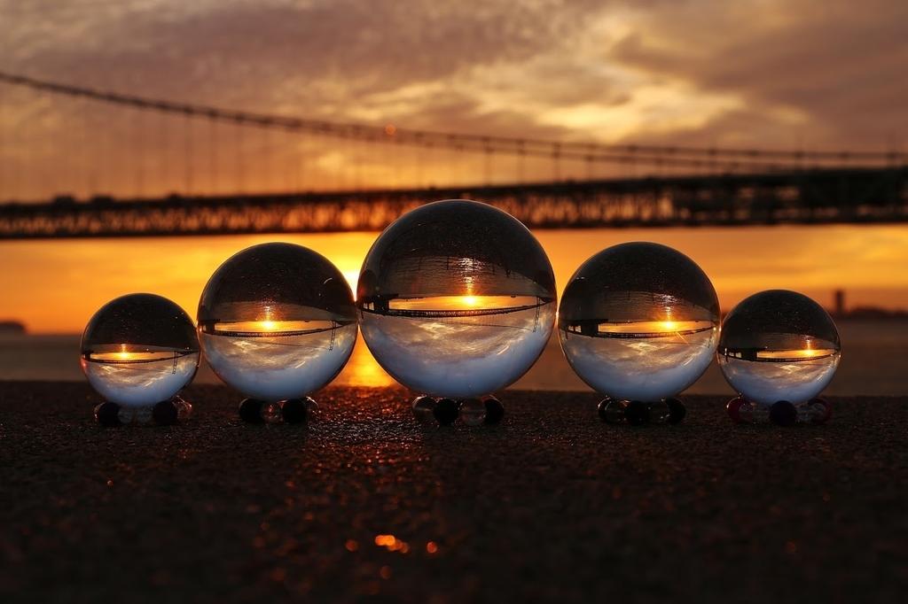 5つのガラス玉に反射する橋