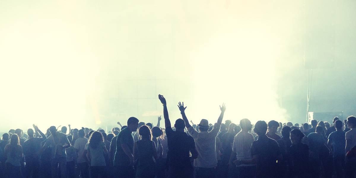 霧がかるコンサート会場で盛り上がる群衆