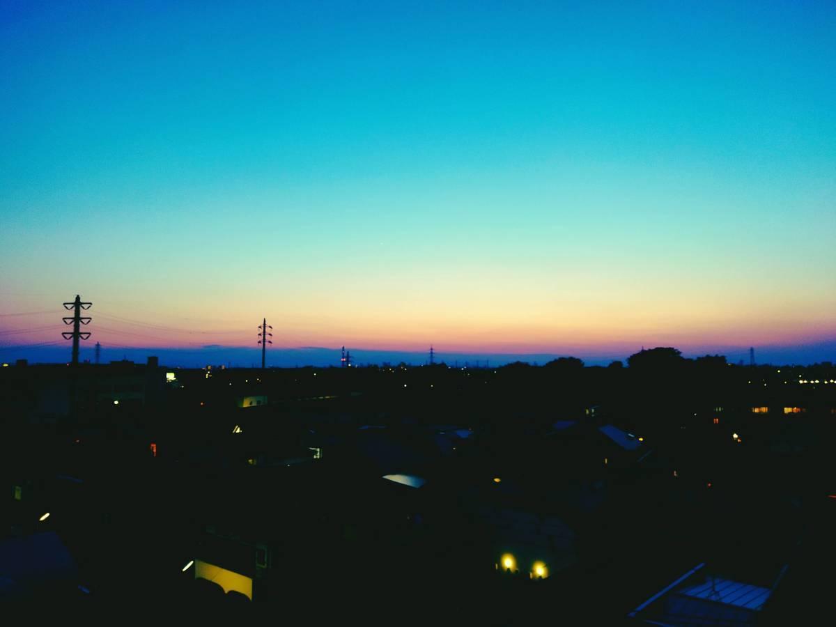 空の色が変化を見せる街の写真