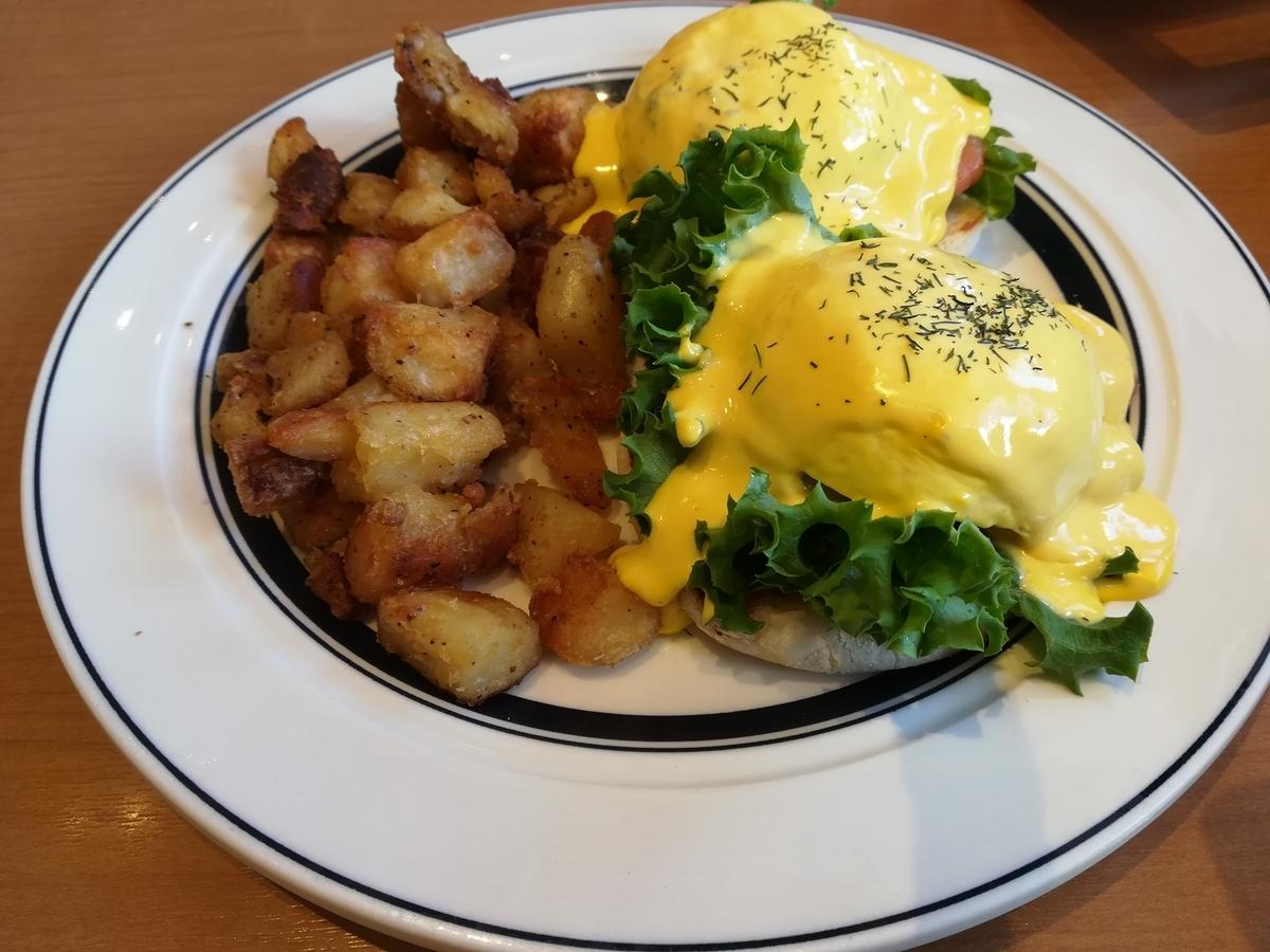 Eggs 'n Things スモークサーモンとアボカドのエッグスベネディクト