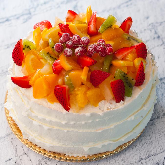 生クリームとフルーツのケーキ