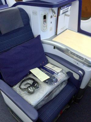 ANA 全日空 787 NH880 ビジネスクラスの座席 Cクラス ニールズ・ヤード・レメディーズのアメニティ