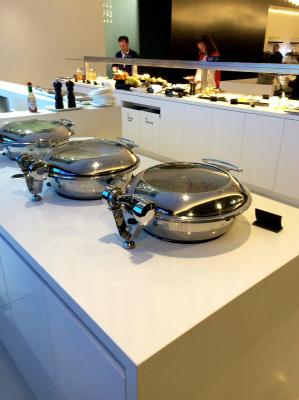 オーストラリア シドニー空港 ニュージーランド・エア ANAビジネスクラス ラウンジ あたたかい料理もあります