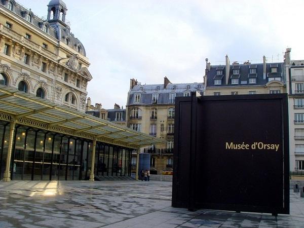 パリ オルセー美術館 エントランス前 看板