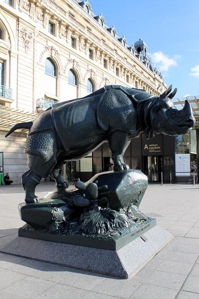 パリ オルセー美術館 エントランス近くの動物の銅像 サイ