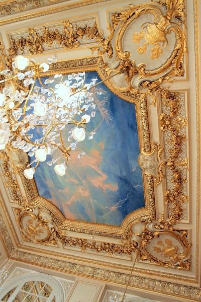 パリ オルセー美術館内レストランの天井画と金の装飾とシャンデリア