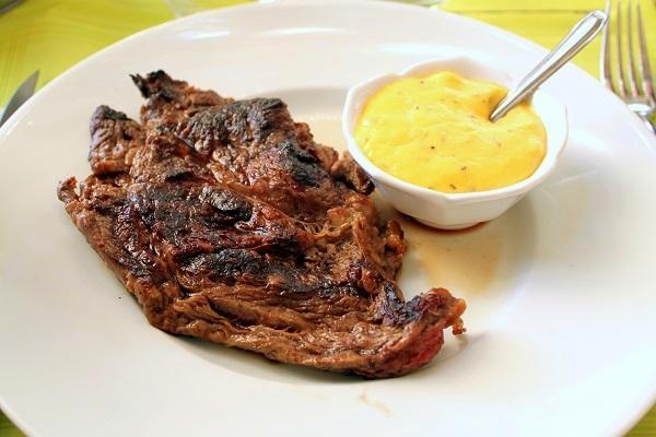 パリ オルセー美術館レストラン メインプレート ベアネーズソースとフライドポテトのグリルリブステーキ