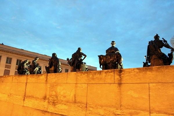 パリ オルセー美術館 外に並ぶ銅像たち