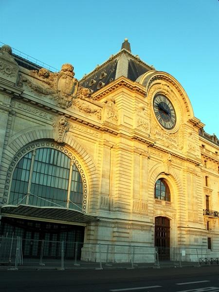 パリ オルセー美術館 セーヌ川側から見た 早朝