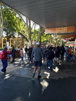 オーストラリア シドニー マンリー コルソ(歩行者天国)の商店街 週末 混雑