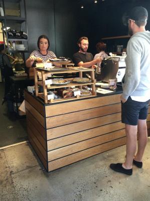 オーストラリア シドニー マンリー Berefoot coffee Traders ベアフット・コーヒー・トレーダーズ 店内 店員も感じよし