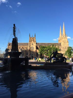 セント・メアリーズ大聖堂とハイド・パークのアーチ・ボルト噴水