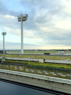 伊丹空港のラウンジ・オオサカからの景色 飛行機が飛び立つところ