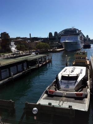 オーストラリア、シドニーのサーキュラーキー 大型客船とハーバーブリッジが見える