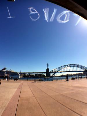 オーストラリアのシドニーのサーキュラーキー 飛行機雲で文字を書いて宣伝広告