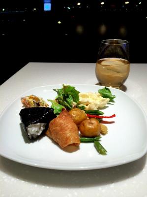 ANA LOUNGE ラウンジ 羽田国際空港 東京 航空会社のラウンジ内 軽食をいただく