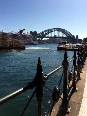 オーストラリア、シドニーのサーキュラーキー 大型客船とハーバーブリッジが見える フェリーも見える