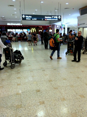 オーストラリア シドニー空港到着ロビー マクドナルドが見える
