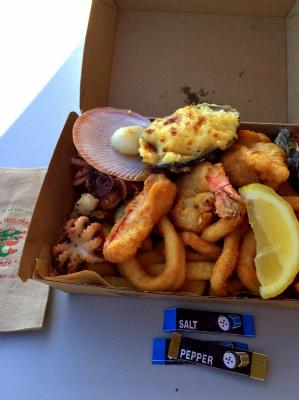 オーストラリア シドニー フィッシュ・マーケット内のフィッシュ・マーケット・カフェ シーフード・プラッター ランチ・ボックス